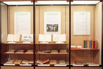『日本少国民文庫』 全16巻の他、改訂版、新編が並ぶ