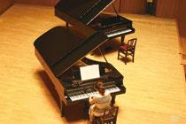 一見そっくりな、でも音色が違う2台のピアノ。