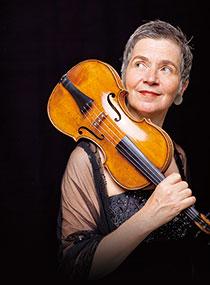 ヴァイオリン独奏、音楽監督:ペトラ・ミュレヤンス ©Marco Borggreve