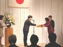 総務省岡本事務次官より表彰状を受け取る清原市長