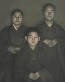 《三人の小坊主》 1929年頃 ゼラチン・シルバー・プリント 29.5×23.6 cm 鳥取県立博物館蔵